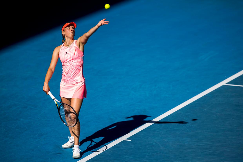 Elise Mertens serveert sterk tijdens de Australian Open in Melbourne. Beeld Photo News