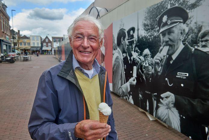 Martin Smulders voor de historische foto bij de voormalige V&D in het centrum van Oss waar hij zelf, geheel links, al keuvelend met twee agenten, op staat. De foto's trekken veel bekijks.