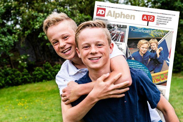 De 'kameleon tweeling' Duke (r) en Scott Huisman. Op de achtergrond het krantenartikel uit 2017.