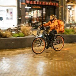 Na het slaan van uur U in Groningen is de straat van de thuisbezorgers