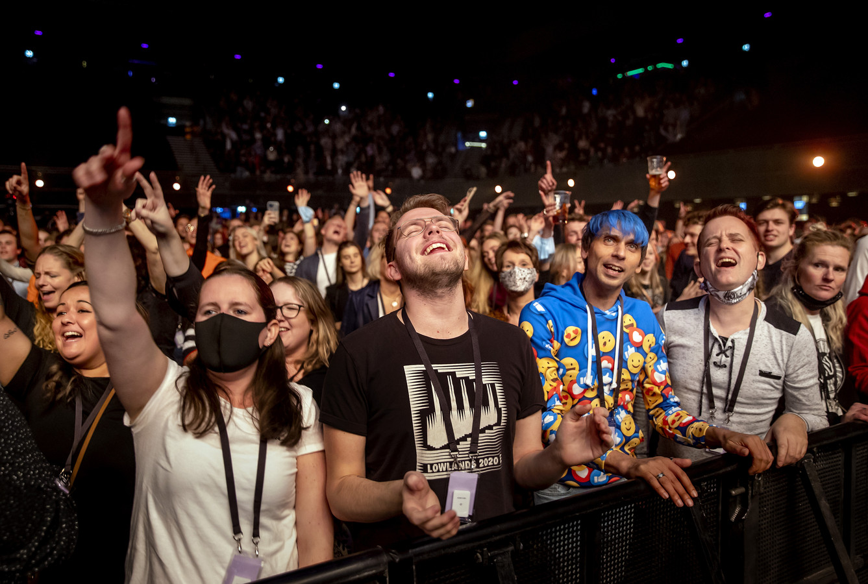Bezoekers in de Ziggo Dome tijdens een optreden van Phil Bee. Het event viel onder een reeks van proefevenementen waarbij Fieldlab onderzocht hoe grote evenementen veilig kunnen plaatsvinden in coronatijd.