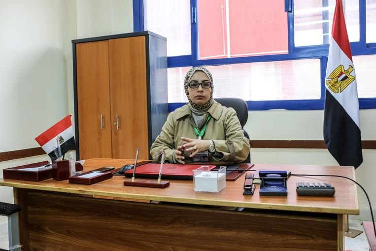 Schooldirectrice Yasmin Amin op haar kantoor.  Beeld Asmaa Waguih