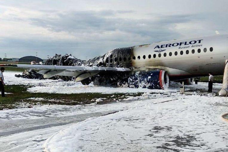 Het toestel, een Soechoj Superjet-100 van de Russische luchtvaartmaatschappij Aeroflot, maakte een half uur na vertrek een noodlanding in de buurt van Moskou. Daarna ontstond een enorme vuurbal. Beeld City News 'Moskva' via Reuters