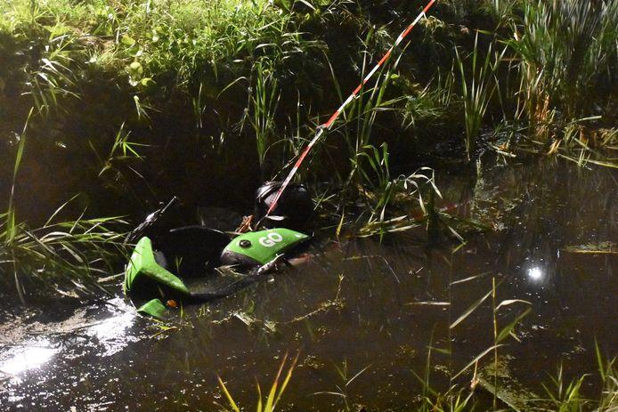 Deelscooter in het water gevonden in Benthuizen