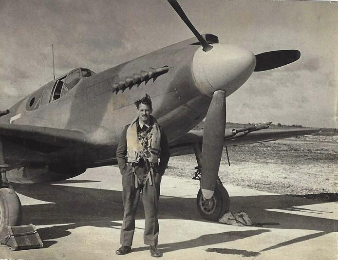 Michael Ridley Martin voor de P51-Mustang waarmee hij in 1944 een noodlanding heeft gemaakt bij Wernhout.