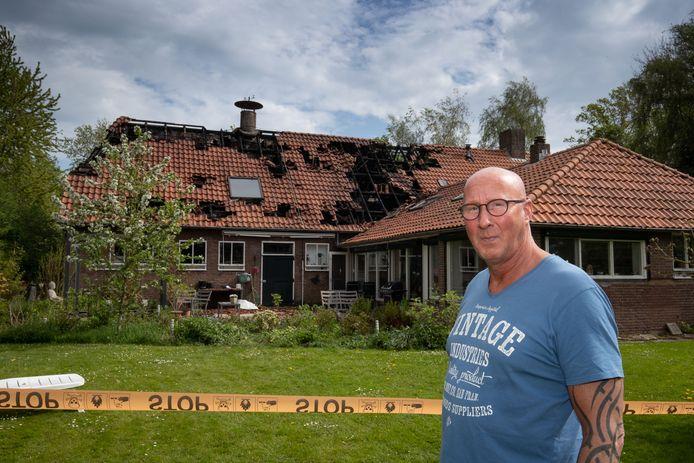 Cor Glasbergen neemt daags na de brand de schade op bij zijn huis in Creil.