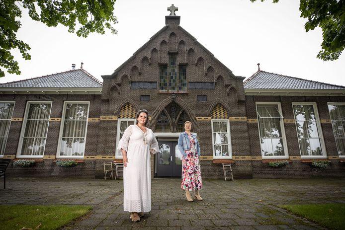 De 'Oale School Lattrop' is nu een bed and breakfast. Marieke Olde Weghuis (links) en Kristel Roelofs zijn de uitbaters.