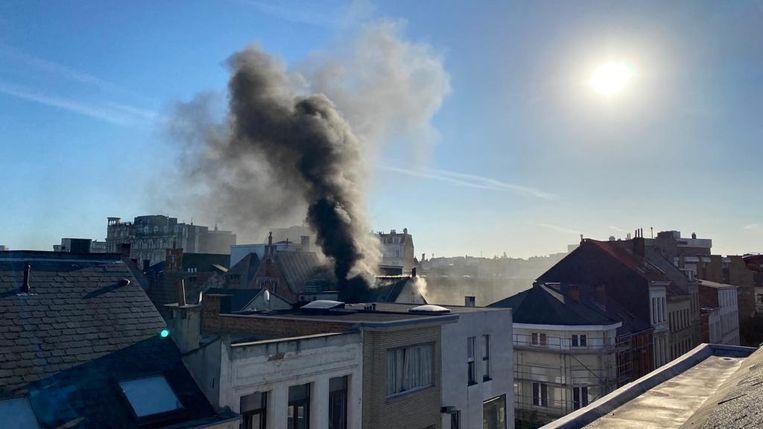 De brand veroorzaakte een rookpluim.
