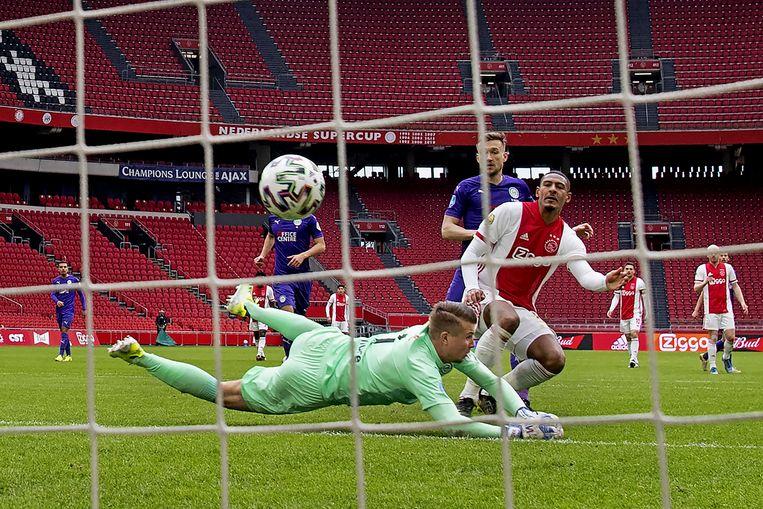 Sébastien Haller van Ajax scoort de 2-0. Beeld ANP