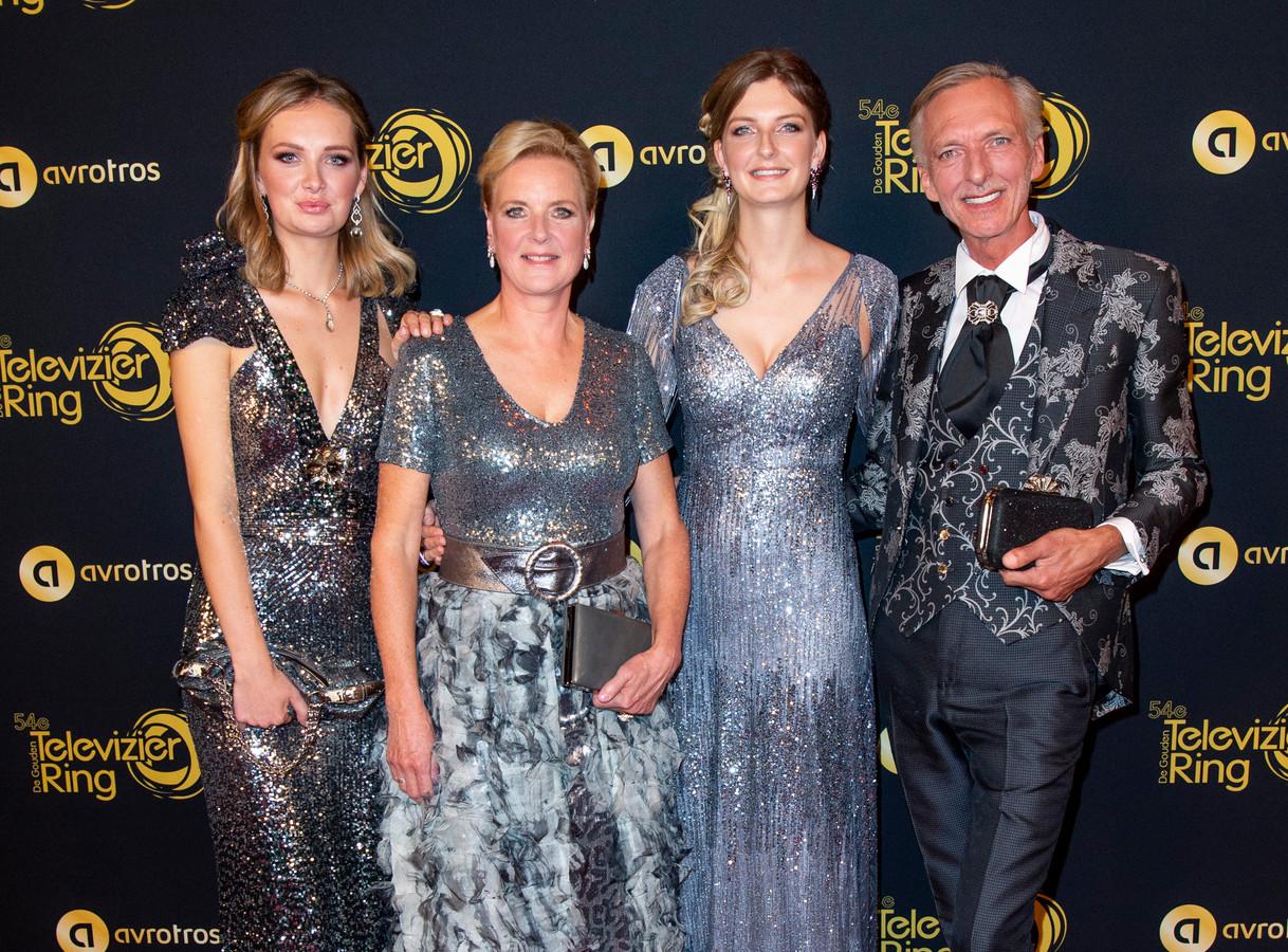 Maxime tijdens het Televizier-Ring Gala, met Martien en Erica en zus Montana.