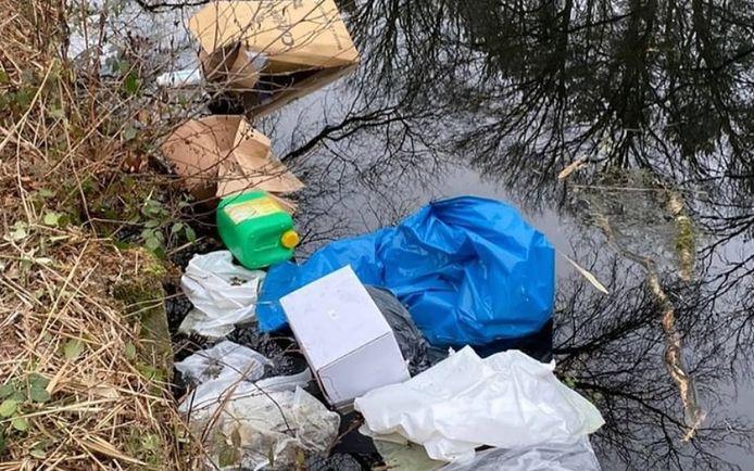 Het afval in het Eindhovens Kanaal.