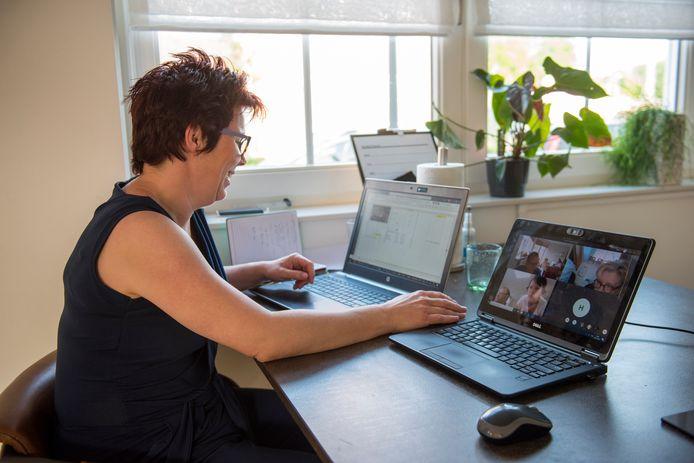 ED-correspondente Bianca Kuijpers deed met team Ratjetoe mee aan de digitale versie van De Grote Quiz van Veldhoven. Zij vielen buiten de prijzen. Winnaar werd weer Roll The Dice.