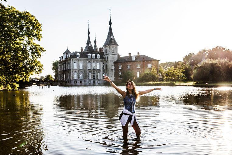 Met de voeten in het water op Paradise City, op het terrein van het kasteel van Ribeaucourt. Beeld Aurélie Geurts