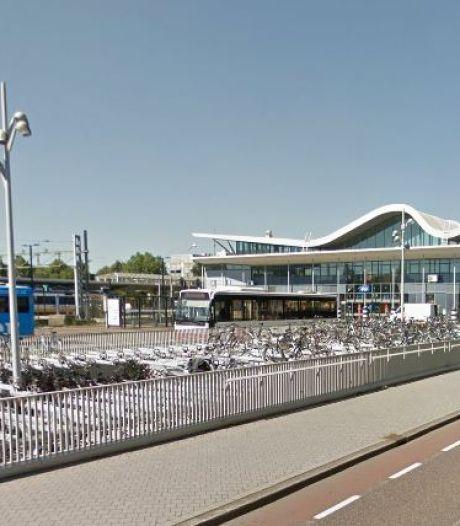 Politie zoekt man die jonge vrouw op perron van station in Sittard duwde
