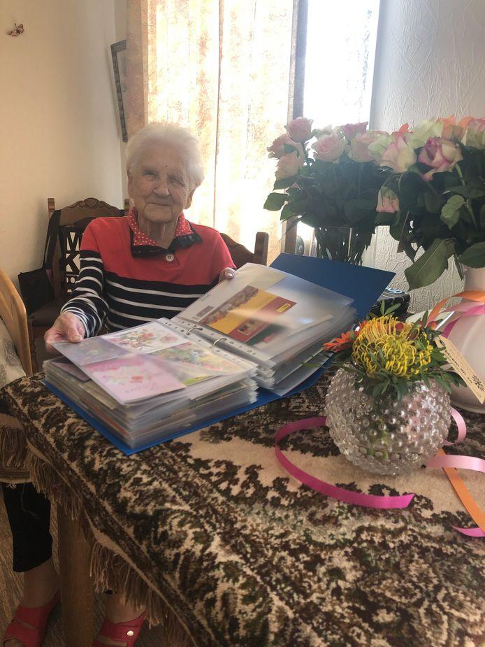Lijda Driessens-Van der Hooft uit Sluis werd op zaterdag 28 maart 95 jaar, maar kon geen bezoek ontvangen. Na een oproep van de familie stroomden de kaartjes binnen.