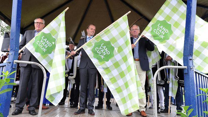 September 2013 onthulden (vanaf links) onder anderen de burgemeesters Karel van Soest (Boxmeer) en Antoine Walraven (Mill en Sint Hubert) de nieuwe (toeristische) vlag voor het Land van Cuijk. 1 januari 2022 volgt een gemeentelijke herindeling.