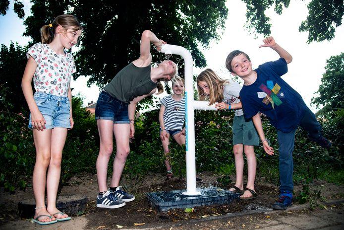 PR dgfoto Gelderlander Nijmegen: waterkraan voor spelende kinderen speeltuintje Hengstdalseweg hoek Beukstraat [op de foto, vlnr: Noor, Hanna, Josien, Lucie en Lennart]