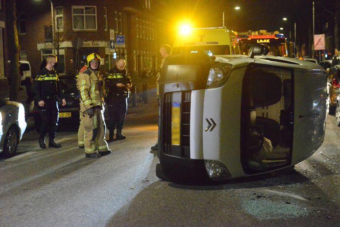 Op de Wouwermanstraat is gisteravond een busje tegen een Hagenaartje aangereden en op de zijkant geklapt.