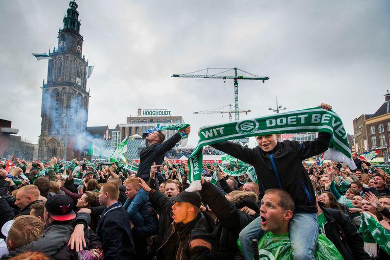 Supporters van FC Groningen juichen op de Grote Markt na het winnen van de bekerfinale tegen PEC Zwolle. Beeld ANP