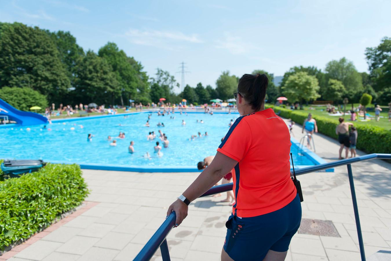Een toezichthouder houdt de recreatiezwemmers woensdagmiddag in de gaten.