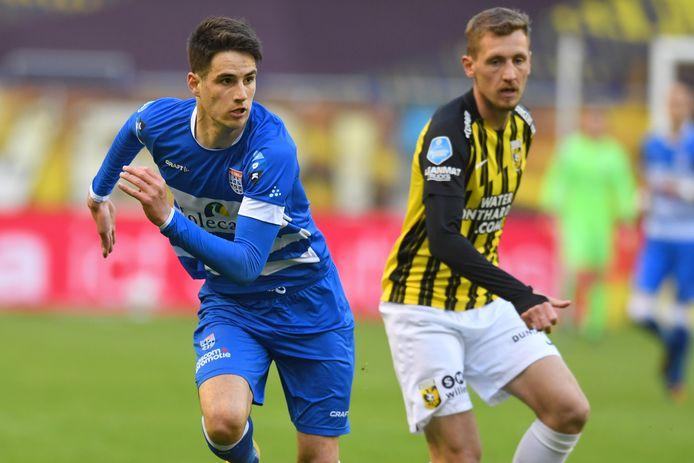 PEC Zwolle-spits Slobodan Tedic - hier in duel met Vitesse-speler Tomas Hajek - speelt ook komend seizoen bij PEC. De Serviër wordt opnieuw gehuurd van Manchester City.