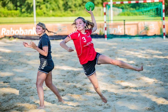 Speelsters van Wijhe'92 in actie op het beachveld van Broekland, toen het eigen zandcourt nog niet gereed was.