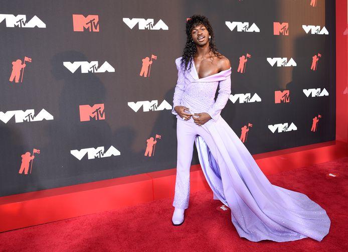 Lil Nas X dans sa robe-pantalon violette.
