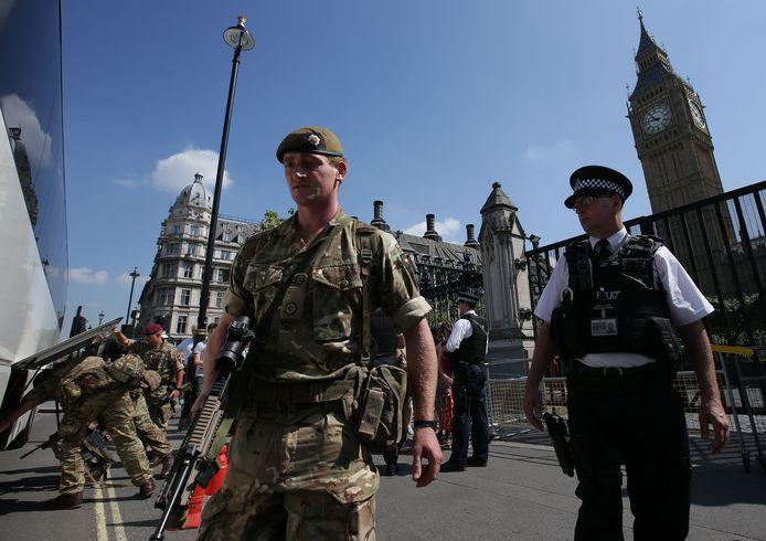 Britse soldaten onderzoeken een bus.