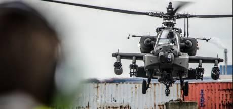 54 Amerikaanse Black Hawks, Chinooks en Apache-helikopters vliegen van Eindhoven naar Rotterdam