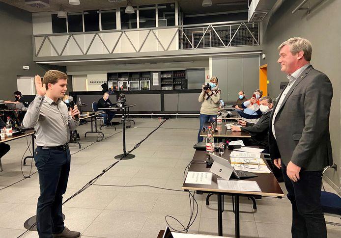 Kersvers gemeenteraadslid Yannis Leirs (CD&V) legt de eed af aan gemeenteraadsvoorzitter Dirk Gerinckx (N-VA)
