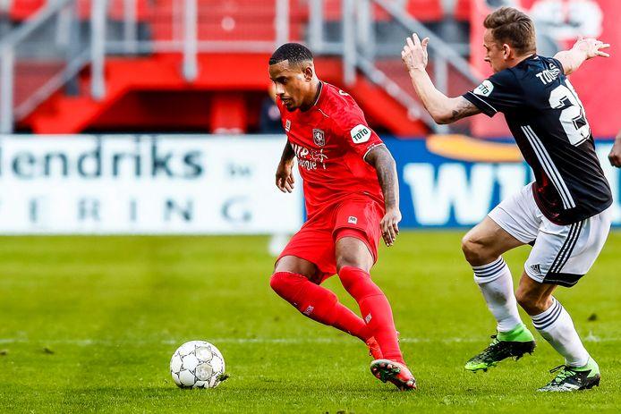 De van Feyenoord gehuurde Luciano Narsingh schermt de bal in het duel met Jens Toornstra.