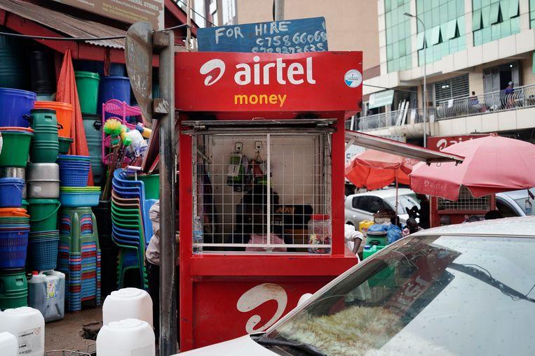 Overal in de hoofdstad Kampala zijn verkooppunten voor de mobiele producten van Airtel te vinden. Beeld Michele Sibiloni