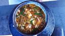 Soto ayam: kippensoep met ei, knapperige uitjes en groenten.