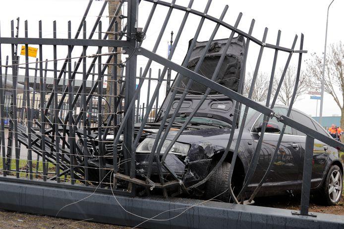 Een auto botste op een hek van een nabijgelegen autobedrijf.