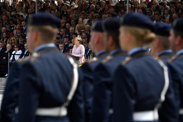 De Duitse bondskanselier Angela Merkel tijdens de inauguratie van militaire rekruten in 2019. Het onderzoek naar Franco A. wierp niet alleen licht op zijn extremistische ideeën, maar toonde ook aan hoe omvangrijk het probleem met rechts-extremisme in het Duitse leger is. Beeld Hollandse Hoogte / AFP