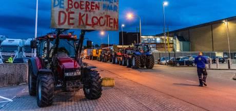 Boze boeren blokkeren in- en uitgang distributiecentrum Albert Heijn in Tilburg