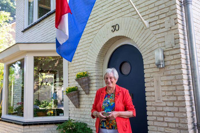Marie-José Becker-Hoppenbrouwers kreeg de onderscheiding voor haar woning in Waalre uitgereikt.