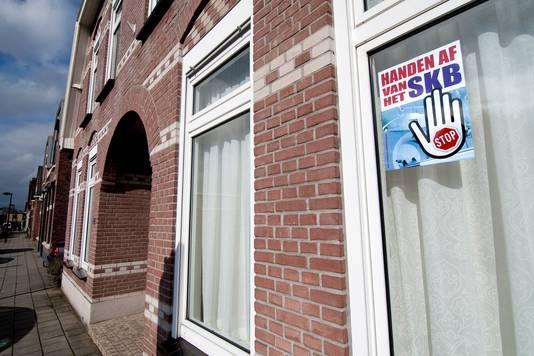 De slogan 'Handen af van het SKB' hangt al wekenlang achter het raam van tientallen woningen in Winterswijk.