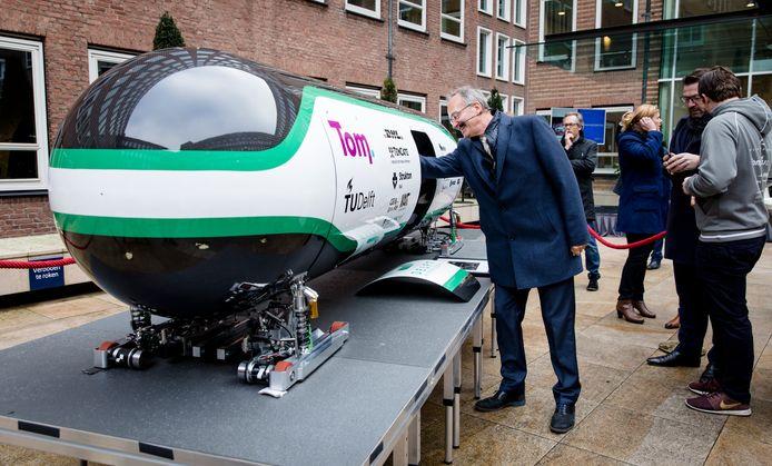 Minister Henk Kamp van Economische Zaken bekijkt de capsule van Delft Hyperloop.