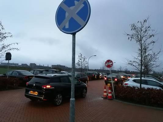 Aangepaste verkeersborden bij de school De Paperclip.