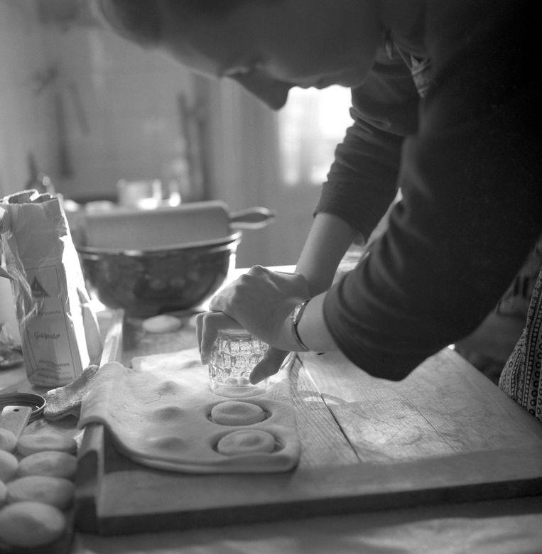 Een bakkersvrouw maakt koekjes van eigen deeg. Beeld BELGAIMAGE
