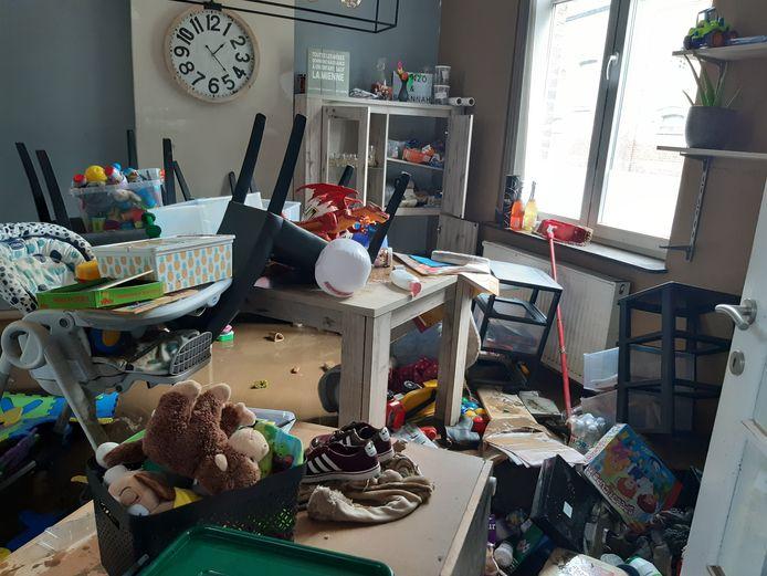 Après les inondations, la maison de Julie et Thomas est sens dessus dessous.