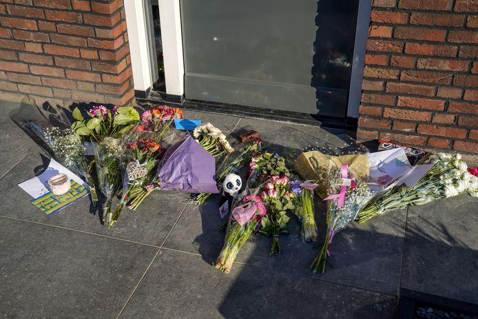 Bloemen gelegd voor de woning waar het drama zich afspeelde.