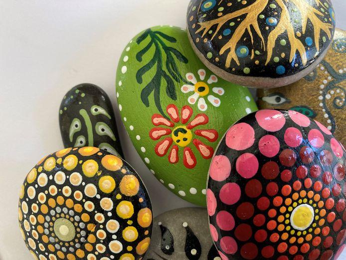 Happy stones, beschilderd door Petra van den Bos.