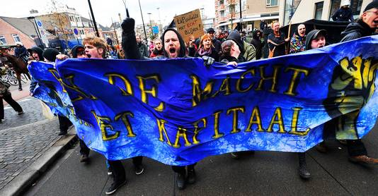 """Een groep krakers trekt in 2010 door het Tilburgse centrum om te protesteren tegen de anti-kraakwet. Die kwam er toch. ,,'Kraken hoeft niet meer, wij gaan de leegstand wel aanpakken.' Dat was toen het signaal vanuit de regering."""""""