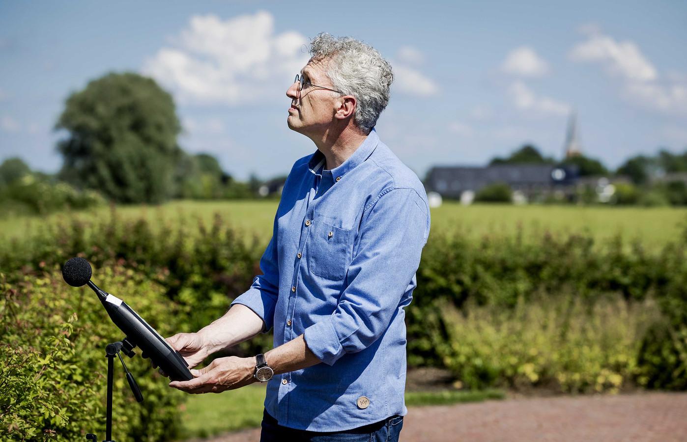 Erik Roelofsen doet geluidsmetingen.