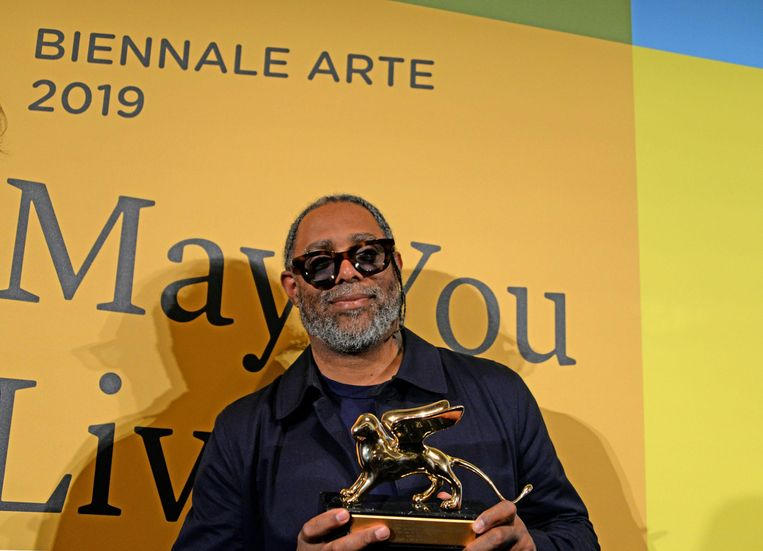 Arthur Jafa ontvangt de Gouden Leeuw voor Beste Kunstenaar met zijn film The White Album. Beeld EPA