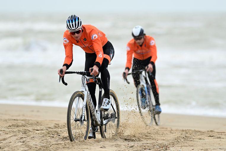 De Nederlander Mathieu van der Poel klieft door het zand in Oostende, zijn broer David volgt. Beeld Photo News