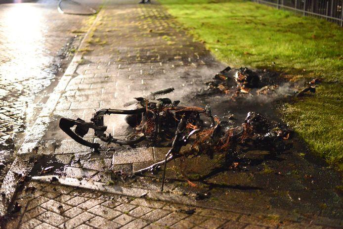De scooter ging verloren ondanks het snelle optreden van de brandweer.