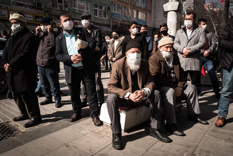 In de Istanbulse wijk Zeytinburnu verzamelen moslims zich voor het vrijdaggebed. De nationalistische partij IYI houdt er vervolgens een 'martelarenherdenking'. Beeld Nicola Zolin